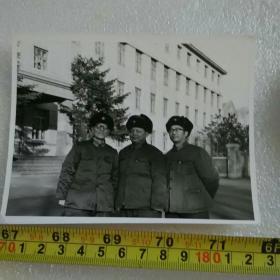 老照片;文革时期的解放军  【在长春市同志街与隆礼路解放军兽医大学白楼 门前】