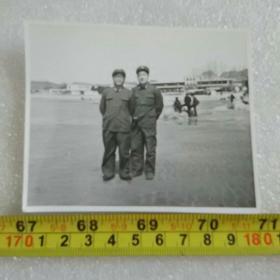 老照片;1983年解放军在北戴河留影(与研究生郑明光合影)