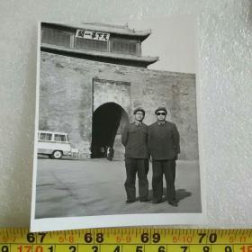 老照片;1983年解放军在山海关留影(与研究员陈仁惇合影)