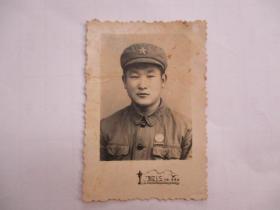 老照片:60年代戴五星军帽军功章的小伙子(敖江照相)