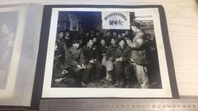 【文革老照片】活学活用毛主席哲学著作讲用会之二 尺寸26*21.5cm图中人物皆手拿红宝书、部分胸带像章