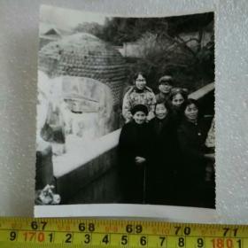 老照片;1982年乐山大佛合影