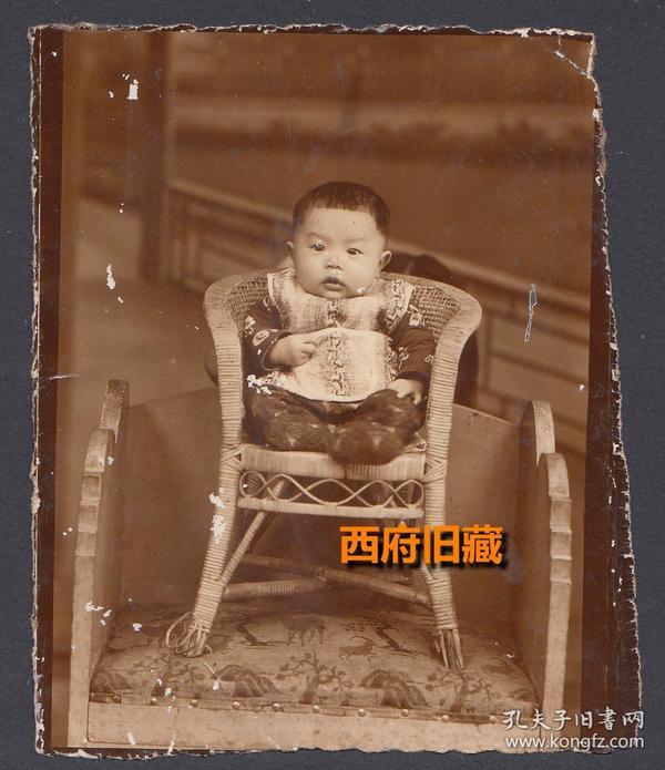 民国老照片,大人椅子上摆了儿童椅,儿童椅上坐了小孩子