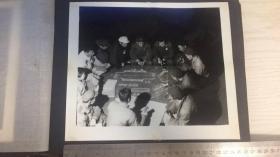 【文革老照片】车间讨论图纸方案之二 尺寸25*21cm图中人物皆手拿红宝书、部分胸带像章