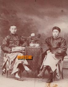 民国老照片,友人在照相馆留影,绫罗绸缎的富家子弟