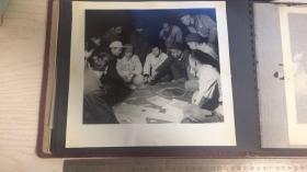 【文革老照片】车间讨论图纸方案之五 尺寸24.5*23.5cm图中人物皆手拿红宝书、部分胸带像章