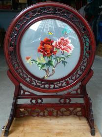 红木绣牡丹看屏摆件     高59.5cm   宽42cm画镜底座是红木手工雕刻,画镜是绣绘看屏,全网独一套,馈赠佳礼。
