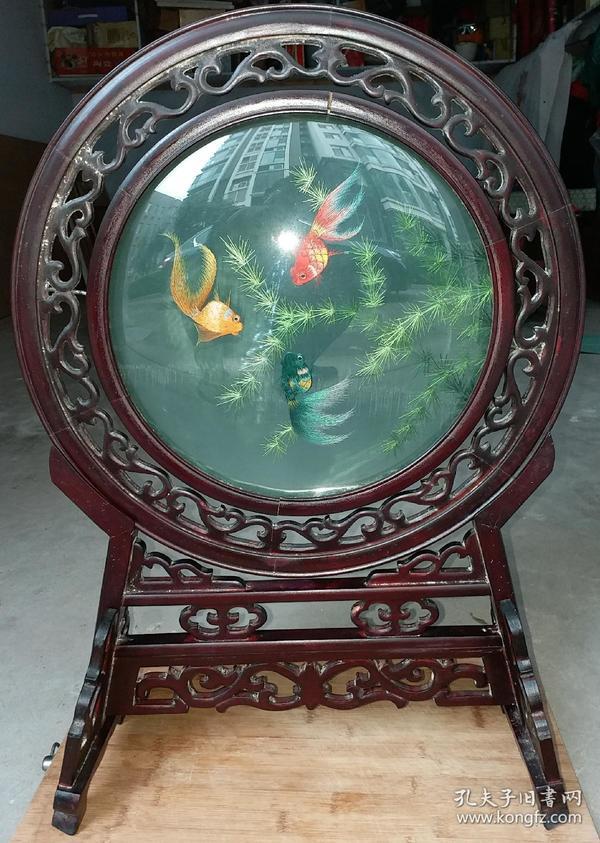 红木绣金鱼戏水看屏摆件  高59.5cm   宽42cm。画镜底座是红木手工雕刻,画镜是绣绘看屏,全网独一套。馈赠佳品。