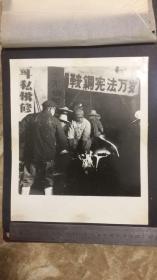 """【文革老照片】铸造车间劳动之二 有""""鞍钢宪法万岁""""条幅 尺寸21.5*25.5cm"""