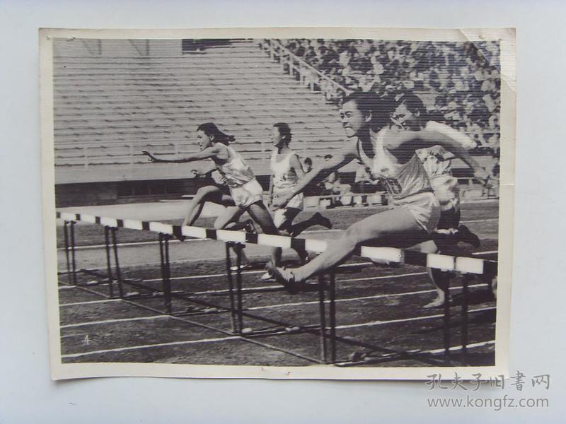 老照片:【※1960年,广西选手文蕴珍,获女子80米跨栏冠军※】