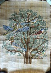 埃及莎草纸神鸟图,世界上最古老的纸画。只有以尼罗河两岸采摘的纸莎草为原料,严格按照与古埃及完全相同的程序手工制成纸莎草纸,再由传统画师用纸莎草笔精心绘制,才能得以生成。