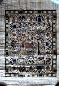 埃及莎草画 仿古人物图  世界上最古老的纸画。纵使过去了几千年,在埃及,制作纸莎草纸画的每一个步骤都不曾变过。只有以尼罗河两岸采摘的纸莎草为原料,严格按照与古埃及完全相同的程序手工制成纸莎草纸,再由传统画师用纸莎草笔精心绘制,才能得以生成。