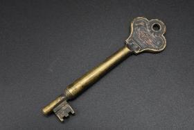孔网唯一《满铁钥匙》一把 铜制钥匙 钥匙把为花朵造型 正面南满洲铁路标识及唐草纹样 正反面均有033字样 尺寸:9.7cm*2.8cm*0.8cm 重:33.70克