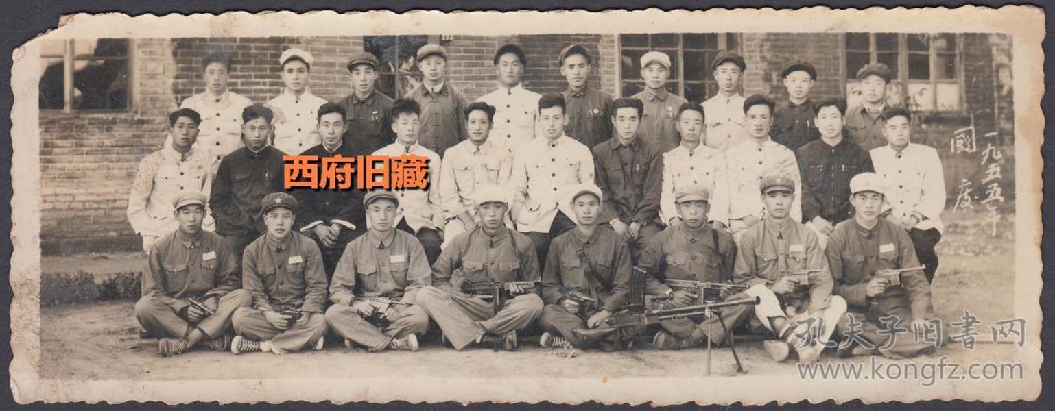 前排军人,机枪、冲锋枪、各式手枪,1955年国庆合影老照片