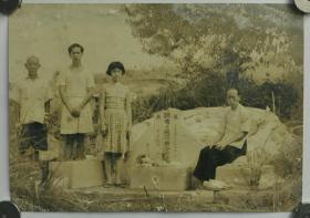 1958年福建泉州祭奠黄起胚墓地照片