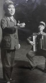 文革期间手风琴伴唱演出照片