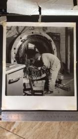 【文革老照片】组装电机之一 尺寸21.*25.5cm
