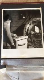 【文革老照片】组装电机之二 尺寸21.*25.5cm