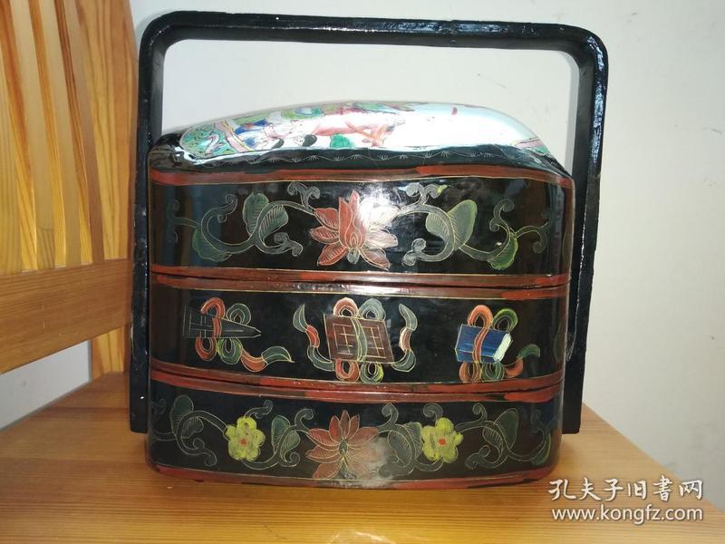 低价出售老漆提盒!满工描金琴棋书画图案!盒盖为老的手工绘历史故事粉彩瓷!整个物件珠光宝气!乃旧时权贵富豪家使用,或为首饰盒,或为点心盒。仅这块老的很大的粉彩画瓷就值这个报价了,,,,,