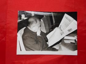 老照片:杨尚昆同志阅读 《中国汽车报》