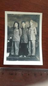 1954年相会在南京绣球公园三名解放军战士合影