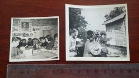 1963年繁昌县小洲公社生产队举办的黑板报前,文化室里青年学习政治理论,背面特色标语