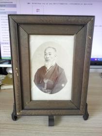明治时期或明治之前日本和服老人照片一张,高档实木相框装裱