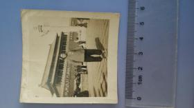 约1956 没挂毛主席画像的天安门城楼下 农村妇女留影