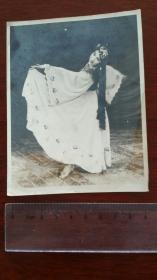 1961年前后,摄影家董青拍摄的《摘葡萄舞》 银盐厚相纸