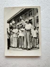 五十年代毛主席照片一张:《1958年8月13日,毛主席在天津大学(与其时天津大学校长,物理学家张国潘在一起)》(10X7.5厘米)