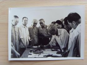 """老照片:【※中国著名画家---周怀民(江苏无锡钱桥人,""""国宝级画家"""",北京画院一级美术师),在新疆喀什写生※】"""