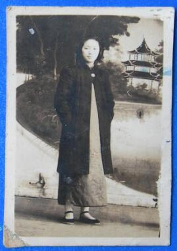 民国老照片:抗战时期。民国旗袍美女。1941年。背面有字【民国女子师范学院美女系列】