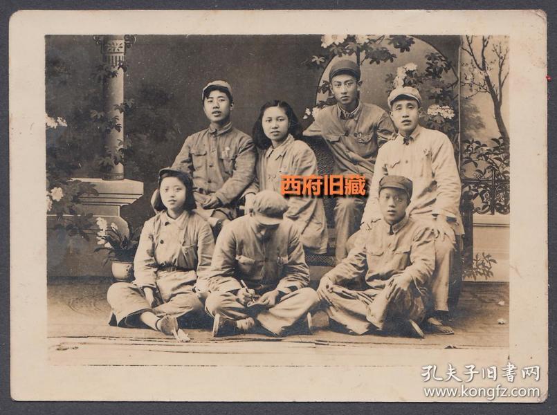 建国初期老照片,男女战士在照相馆拍摄的留念照