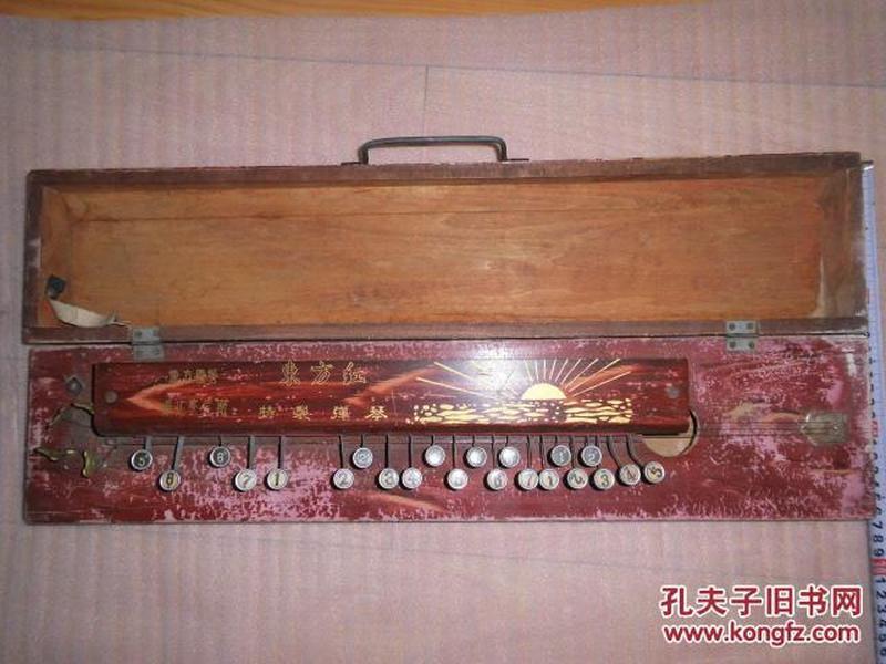 老弹奏乐器。国营乐器厂生产的特制弹琴,很少见,买的是一种情怀,