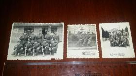 约1975解放军在四川大邑地主庄园陈列馆合影照片三张。10.6乘7.8/7.2乘6.1。