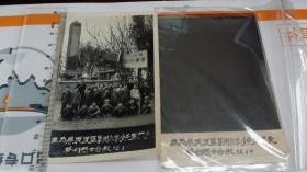 1964年无为县泥汊区叶闸小学少先队代表祭扫烈士合影。原片加底片。11.8×7.6