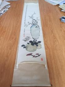 清代丙寅年(1866年)日本【竹塘子】绢本手绘《瓶梅、桃、灵芝》立轴一长幅