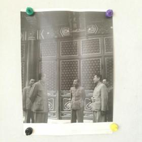 吕厚民摄《毛泽东,周恩来,朱德,陈云在中南海紫光阁》照相纸印刷品      [柜13-2-163]
