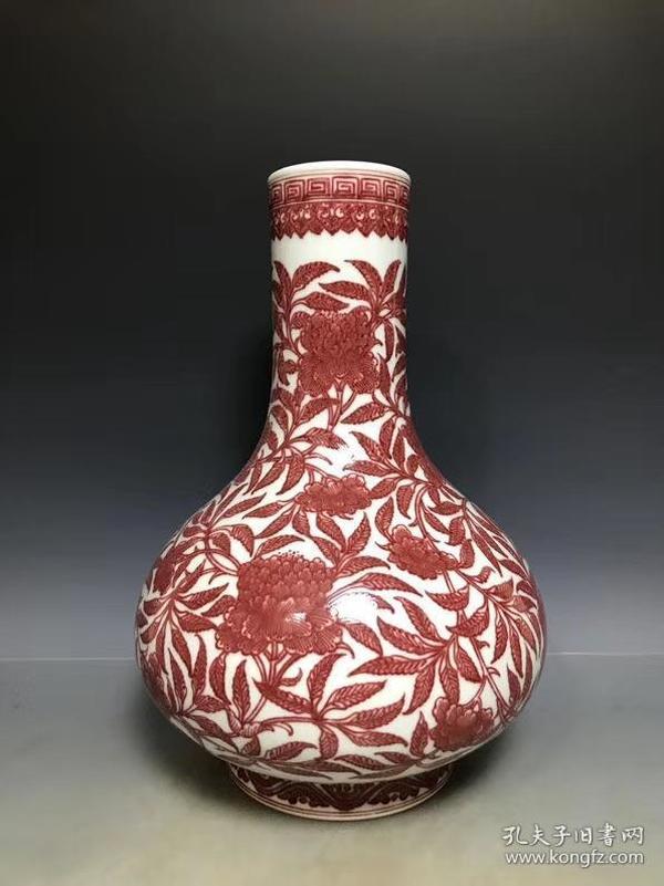 大清乾隆釉里红花卉纹天球瓶