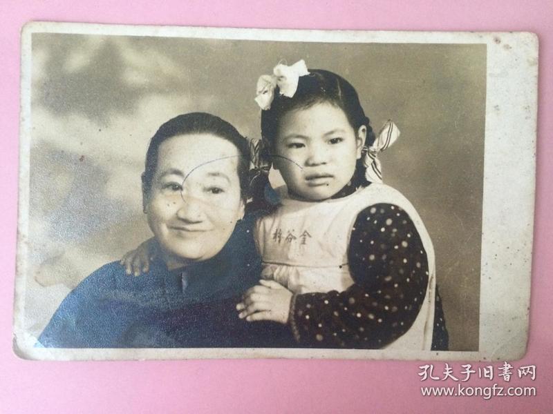 照片,祖孙,小女孩衣服上有字