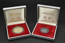 925银 重量33.31g《阿波罗11号登月纪念章》原2盒2枚 正面为阿姆斯特朗 科林斯 奥尔德林等头像 背面为宇航员 登月舱等浮雕图案  直径4.5cm 3.2cm 意大利制造