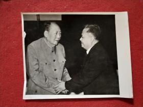 """新华社记者摄,毛主席照片——""""1976年3月17日会见老挝人民革命党总书记凯山•丰威汉""""(25X21厘米,背面有文字说明)——毛主席最后岁月能站着会见外宾的一次。"""
