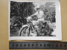 老照片【80年代,骑泰山摩托车的戴墨镜男子】