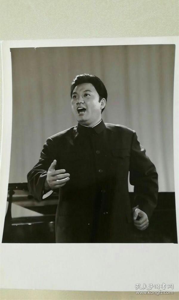 男高音歌唱家吴雁泽1976年百花争艳演唱会,新华社原版老照片,台湾同胞我的骨肉兄弟