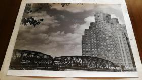 1953年上海大厦和外摆渡桥大幅原版照片,泛银明显,此照片留存极少!