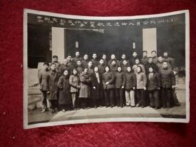 1956年:中国电影发行公司浙江省办事处欢送建站人员合影——泛银、发黄