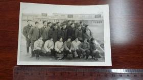 """1974年前后淮南大通矿阶级斗争遗迹""""万人坑""""前参观人员留影"""