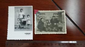 1960年左右北京广播大厦对面居民小区院内家庭合影,加1965普通家庭合影共两张。