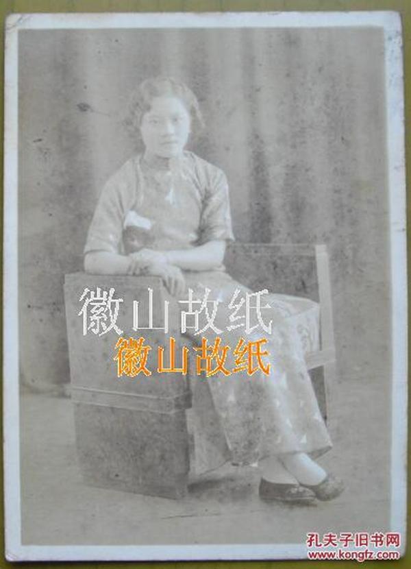 民国老照片:民国旗袍美女、大家闺秀——罗葵卿(浙江宁波镇海人)。