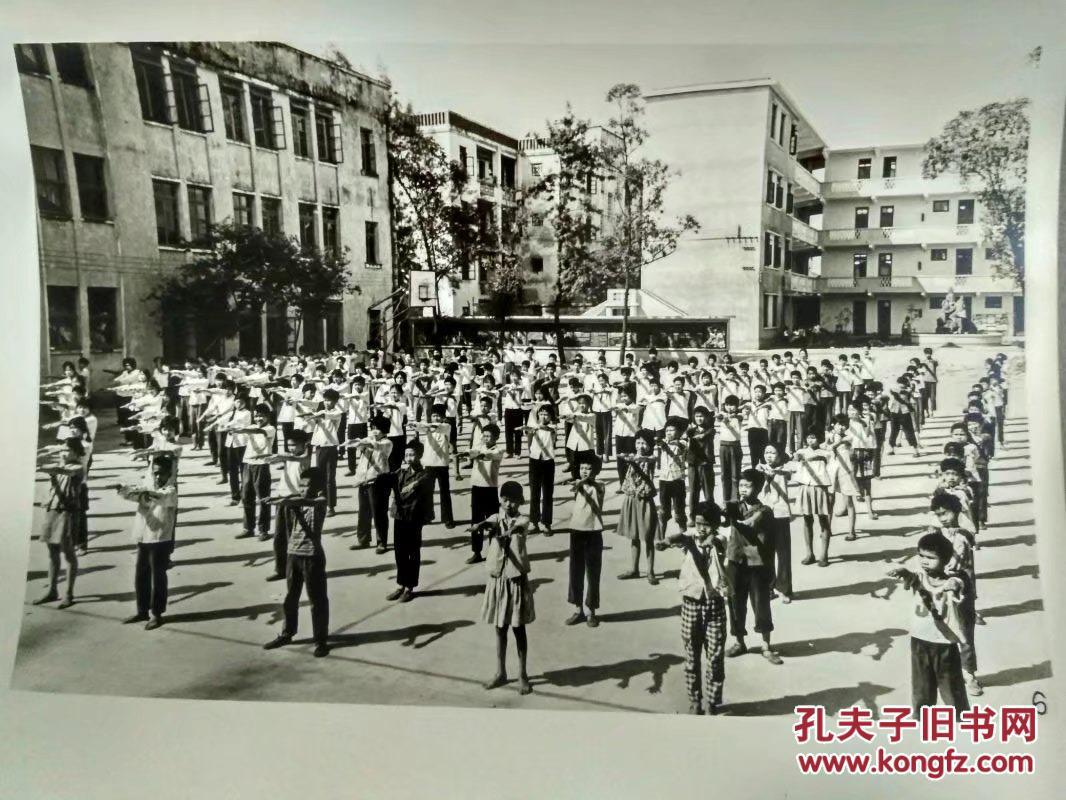 广州市聋哑学校学生在校园里做早操.图片
